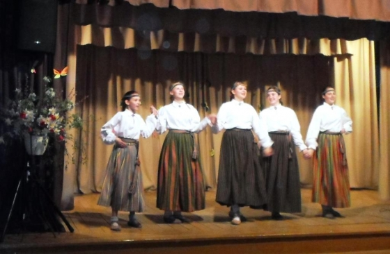 Dejo 5.-9.klašu tautisko deju kolektīvs ( sk. A. Muša)