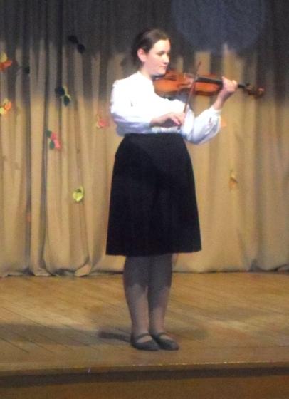 Vijoli spēlē Iluta Žīgure (J. Norviļa Madonas MS)