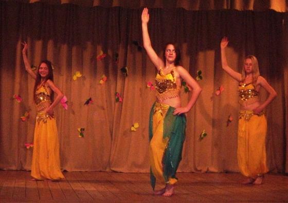 Vēderdejas dejo 5.-8.kl. meitenes
