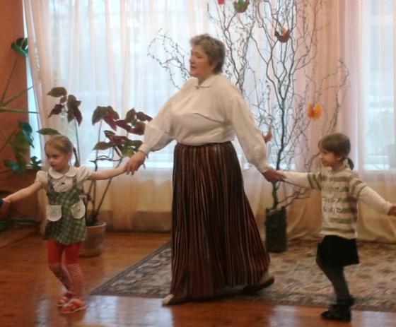 Šogad Lieldienas ieskandinājām kpā ar muzikālo skolotāju Vinetu tautiskā stilā