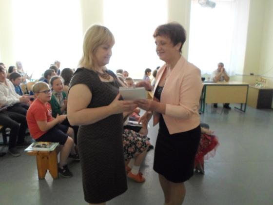 Pateicība skolotājai Dinai par skolēnu sagatavošanu un augstiem rezultātiem starpnovadu bioloģijas olimpiādē