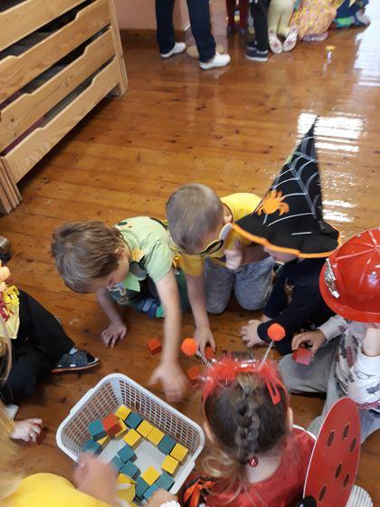 Katra vecuma grupa pildīja kādu uzdevumu, veltītu atsevišķai pamatkrāsai.