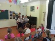 4. klases skolēni ar audzinātāju S. Tipaini iepazīstina pārējos ar jaunākajām dzejoļu grāmatām.