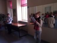 Miķeļdienas pasākumu organizēja 7.klase ar audzinātāju S. Apini. Gundega uzdod mīklas.
