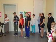 9.klases skolēni sveic skolotājus.