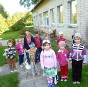 Mazie pirmsskolēni gatavi ceļam. Vēl pie pirmsskolas ēkas.