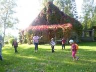A.Burova mājas pagalmā.