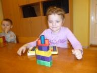 Trīsgadīgā Elīza salikusi klucīšus pa krāsām.