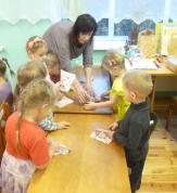 Mazie bērni arī mācās locīt salvetes.