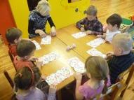 Katru dienu bērni pirmsskolā apgūst kaut ko jaunu. Šoreiz( attēlos) mācās bērni klāt galdu, gatavot maizītes. Vispirms jāsaloka salvetes.