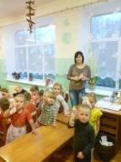 Mazie bērni ar skolotāja palīgu Jolantu atrāda savu darbiņu. Salvetes gatavas!