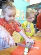 Mazajai četrgadniecei Simonai palīdz audzīte.