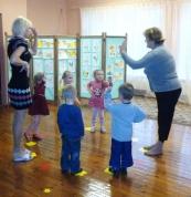 Paši mazākie rāda Mārtiņdienas rotaļu par dzīvniekiem, arī Mārtiņdienas simbolu - gailīti. ar viņiem kopā audzīte Lāsma un muzikālā skolotāja Vineta.