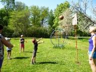 Lielie bērni meta basketbola bumbu grozā