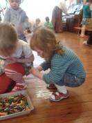 Bērni krāso olas