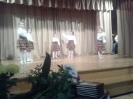 """Meitenes uzstājas ar deju """"Cāļus skaita rudenī""""."""