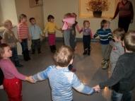"""Skolas bērni iemācīja rotaļu """"Aklais mani dancināja"""""""