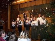 Tradīcija - Atklājot koncertu, 9. klases skolēni aizdedza  svecītes eglītē