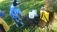 Krūmmelleņu plantācijās. Reinis iepazīstas ar aprīkojumu:)