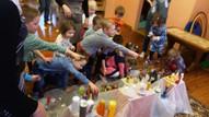 Katrs bērns grib parādīt tieši savējo svecīti vai svečturi