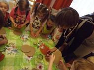 Radošā darbnīca - tiek gatavoti svečturi