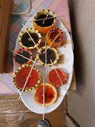 Kausējām parafīnu - bērni salika pa krāsām trauciņos, tad ar skolotājas palīdzību ielējām apelsīnu pusītēs.