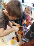 Sveču diena mūsu iestādē katru gadu izvēršas par interesantu un radošu darbnīcu. Kā jau latviešu ticējumos teikts, ka Sveču dienas galvenā nodarbe ir sveču liešana, tad arī mēs to daram katru gadu. Šogad gatavojām apelsīnu sveces. Pirmais kas jādara - izņemam apelsīnam laukā visu mīkstumu, ko pēc tam gardi apēdām.
