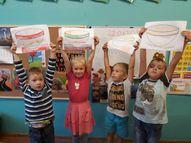 Bērni māksloja paši savas putras bļodas