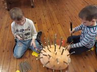 Lai izveidotu ķirbju ezi, darbojāmies ar zāģiem un āmuriem
