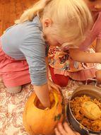 Pirms Helovīniem bērni radoši darbojās ar ķirbjiem...