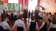 """Valsts 100gadei veltītais pasākums notika kopā ar vecākiem un svētku ietvaros tika skandēti individuāli dzejoļi, tautasdziesmas, kur katrs bērns ,ar savu  vecāku līdzdalību, uzstājās uz skatuves. Tēma """"Latvijas 4 gadalaiki""""."""