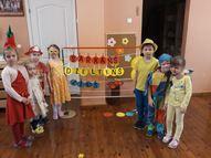 Lielās grupas bērniem no sajauktiem , dažādiem burtiem, jāsaliek pamatkrāsas nosaukums.